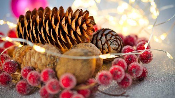 stroik- świąteczny-z-szyszek
