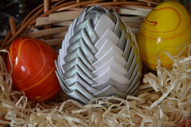 jajko wielkanocne ze wstążki